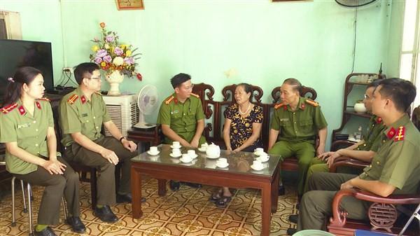 Đoàn công tác Đảng ủy - Ban chỉ huy Công an huyện Gia Lâm thăm hỏi, động viên thân nhân liệt sỹ