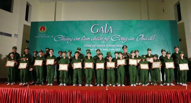Ban Tổ chức trao Giấy chứng nhận hoàn thành khóa học cho học viên các Tiểu đội