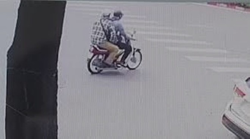 Hình ảnh 2 tên cướp di chuyển bằng xe máy