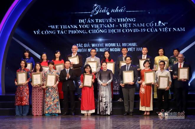 Chủ tịch Quốc hội Nguyễn Thị Kim Ngân và Trưởng ban Tuyên giáo Trung ương Võ Văn Thưởng cùng các tác giả đoạt giải nhất