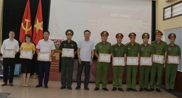Đồng chí Lê Anh Quân và Thượng tá Phạm Văn Hậu trao thưởng cho các tập thể, cá nhân đã có thành tích trong công tác phòng, chống tội phạm