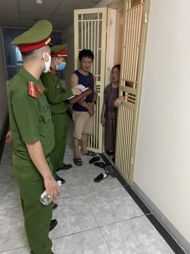 Từ chiều tối ngày 28 đến hết ngày 29-7, Công an phường Hoàng Liệt phối hợp với y tế phường, các ban ngành đoàn thể đã xác minh 455 người từ Đà Nẵng về; trên cơ sở đó hướng dẫn người dân thực hiện nghiêm yêu cầu khai báo y tế và tự cách ly tại nhà