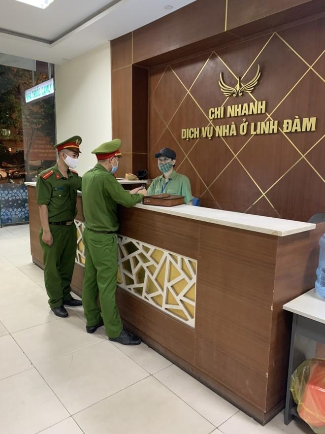 Lực lượng chức năng phường cũng đã kiểm tra tạm trú gần 100 người nước ngoài, ghi nhận không có trường hợp nhập cảnh trái phép