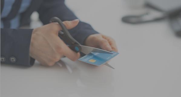 Xác nhận hủy thẻ tín dụng ngay tại quầy dịch vụ chăm sóc khách hàng và yêu cầu cắt thẻ tại chỗ