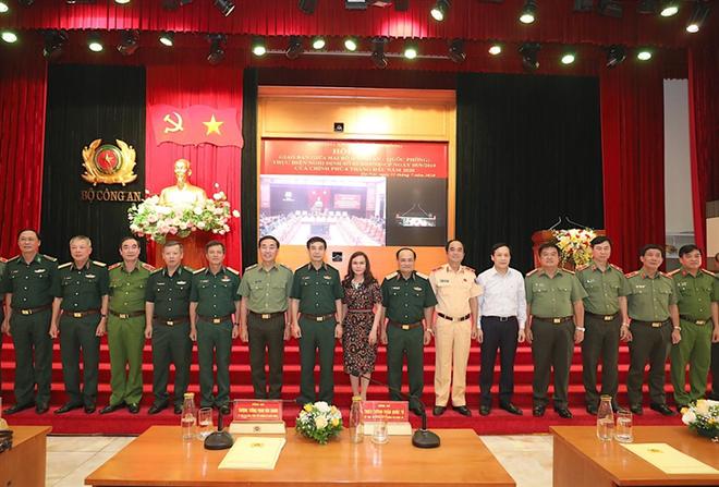 Thứ trưởng Phan Văn Giang và Thứ trưởng Trần Quốc Tỏ với các đại biểu tham dự hội nghị giao ban