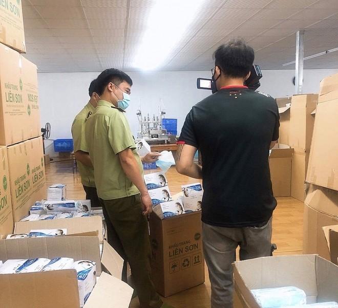 Lực lượng chức năng kiểm tra xưởng sản xuất tại Công ty TNHH Liên Sơn