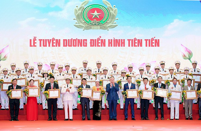 Đồng chí Nguyễn Hoà Bình, Chánh án Toà án nhân dân tối cao và Thứ trưởng Bộ Công an, Thượng tướng Lê Quý Vương trao Bằng khen của Bộ Công an tặng các điển hình tiên tiến