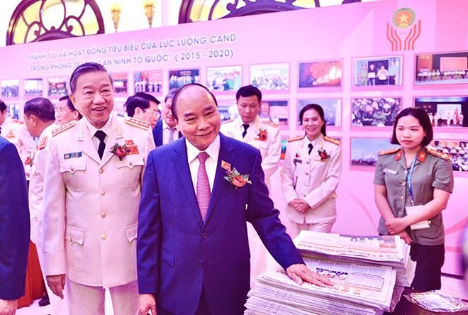Thủ tướng Nguyễn Xuân Phúc cùng Bộ trưởng Tô Lâm tại Đại hội