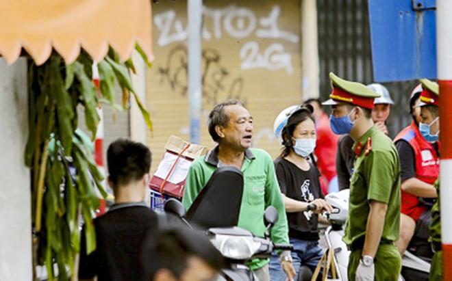 Người dân không đeo khẩu trang nơi công cộng đều được lực lượng Công an nhắc nhở, và kiên quyết xử lý nếu tái phạm