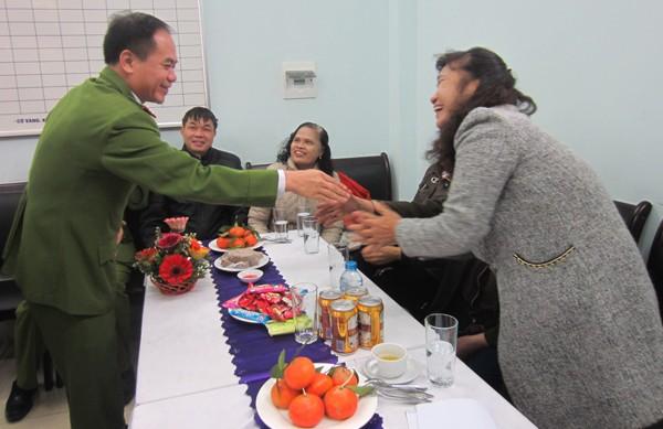 Đại tá Nguyễn Thanh Tùng, Trưởng CAQ Bắc Từ Liêm thăm hỏi các cán bộ công an hưu trí