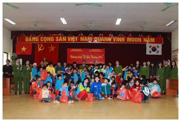 Đại diện CBCS Phòng Hồ sơ Cảnh sát tặng quà trẻ em khuyết tật Trung tâm phục hồi chức năng Việt Hàn