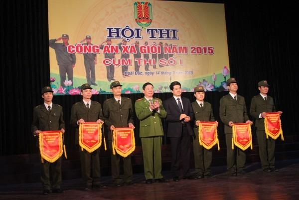 Thiếu tướng Đinh Văn Toản, PGĐ CATP Hà Nội và ông Nguyễn Quang Đức, Chủ tịch UBND huyện Hoài Đức trao cờ lưu niệm cho các đội thi