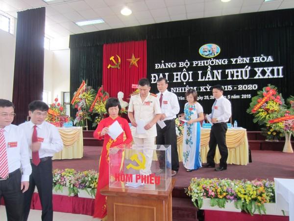 Các đại biểu bỏ phiếu bầu BCH Đảng bộ phường Yên Hòa nhiệm kỳ 2015-2020