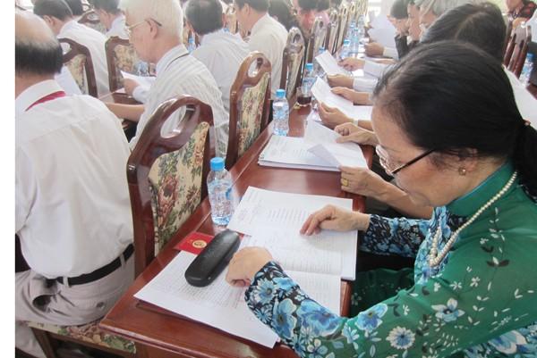 Các đại biểu nghiên cứu danh sách trích ngang đại biểu đề cử vào BCH Đảng bộ phường Yên Hòa, nhiệm kỳ 2015-2020