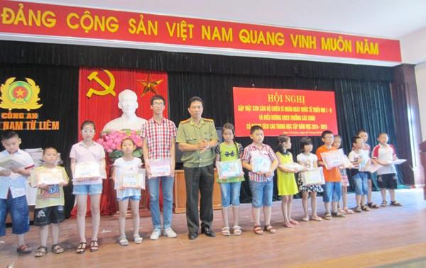 Thượng tá Lê Đình Thành tặng quà cho các cháu học sinh giỏi cấp trường