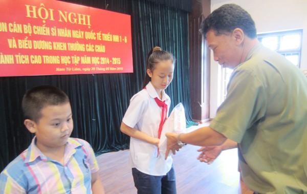 Thượng tá Lê Đình Thành, Trưởng CAQ Nam Từ Liêm trao phần thưởng cho cháu Nguyễn Ngọc Trâm Anh đoạt giải 3 kỳ thi học sinh giỏi thành phố Hà Nội