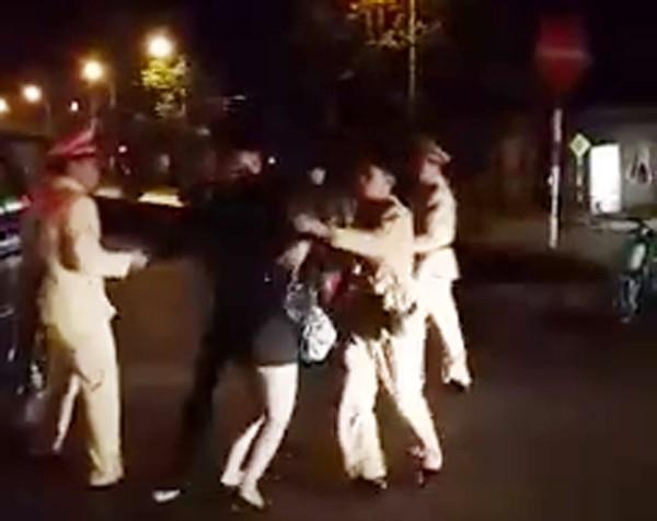 Nguyễn Ngọc Khánh và bạn gái đang chống đối lực lượng CSGT CATP Lạng Sơn, tỉnh Lạng Sơn (Ảnh cắt từ clip)