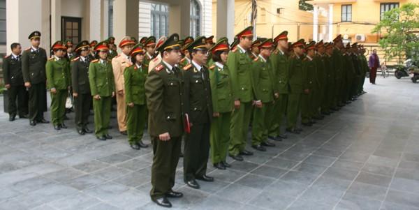 Tập thể 193 CBCS trong diện kèm cặp theo Quyết định 100 và chỉ huy CAQ Ba Đình kính cẩn nghiêng mình trước anh linh các Anh hùng liệt sỹ