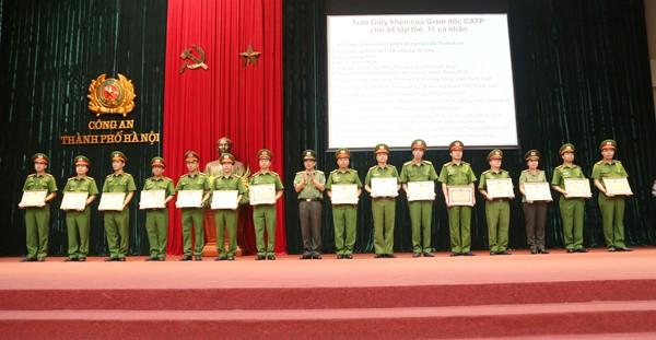 Thiếu tướng Đoàn Duy Khương tặng Giấy khen của Giám đốc CATP cho các tập thể và cá nhân có thành tích xuất sắc trong khám phá các vụ án lớn trên địa bàn thành phố