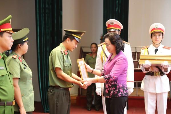 Bà Ngô Thị Thanh Hằng, Ủy viên Trung ương Đảng, Phó Bí thư thường trực Thành ủy Hà Nội trao bằng khen của UBND TP cho các tập thể và cá nhân có thành tích xuất sắc trong công tác đấu tranh phòng chống tội phạm, bảo vệ bầu cử