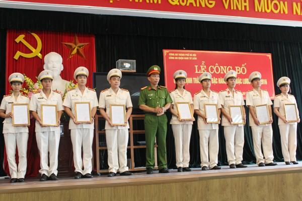 Đại tá Lê Đình Thành trao quyết định thăng cấp bậc hàm, nâng lương cho CBCS