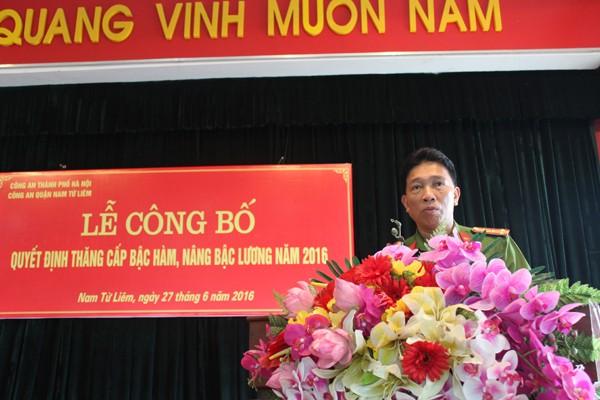 Đại tá Lê Đình Thành, Trưởng CAQ Nam Từ Liêm phát biểu giao nhiệm vụ cho các đồng chí được thăng cấp bậc hàm, nâng bậc lương năm 2016