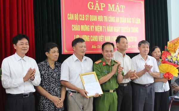 Đại tá Nguyễn Thanh Tùng thay mặt Đảng ủy, BCH CAQ tặng hoa và trao quyết định công nhận Ban chủ nhiệm CLB sỹ quan công an hưu trí quận Bắc Từ Liêm
