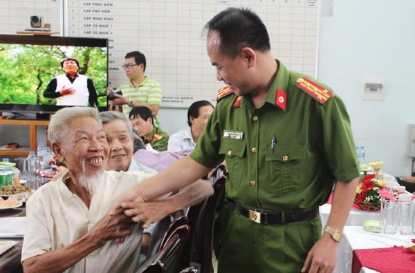 Đại tá Nguyễn Thanh Tùng, Trưởng CAQ Bắc Từ Liêm ân cần thăm hỏi các cán bộ hưu trí