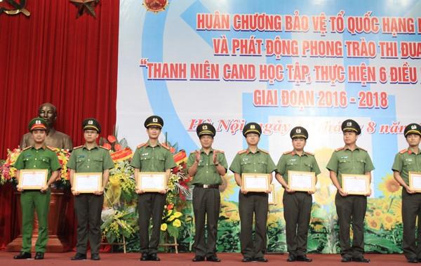 Trung tướng Nguyễn Xuân Mười và Thiếu tướng Đoàn Duy Khương cũng đã trao bằng khen của Tổng cục Chính trị CAND, giấy khen của Giám đốc CATP cho các tập thể và cá nhân có thành tích xuất sắc trong phong trào thi đua