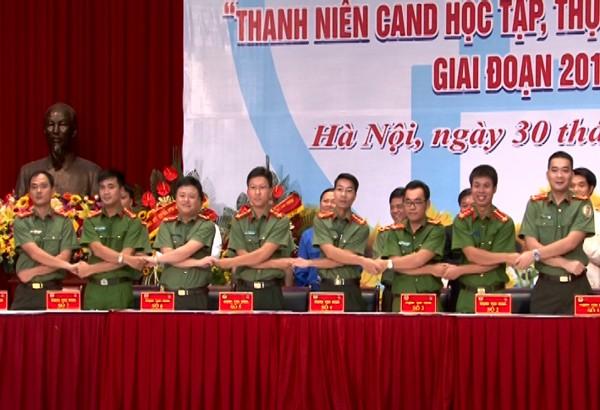 Đại diện thanh niên 8 cụm thi đua của CATP Hà Nội cùng ký giao ước hưởng ứng phong trào thi đua