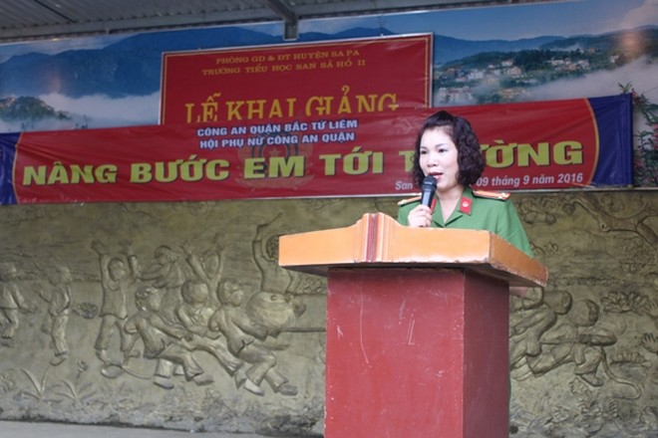 Trung tá Nguyễn Thị Thủy, Chủ tịch Hội phụ nữ CAQ Bắc Từ Liêm chia sẻ tình cảm với các em học sinh trường Tiểu học San Sả Hồ II