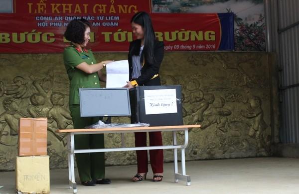 Đến với trường Tiểu học San Sả Hồ, đoàn công tác tặng nhà trường một dàn máy tính để hỗ trợ nhà trường trong dạy và học