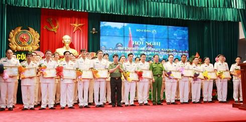 Thứ trưởng Bùi Văn Nam và Trung tướng Phan Văn Vĩnh tặng Bằng khen của Bộ Công an cho các điển hình tiên tiến của lực lượng Cảnh sát 113 và CSTT
