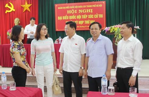 Đại biểu Đào Thanh Hải trao đổi với các cử tri quận Nam Từ Liêm