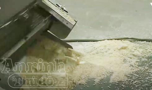 Bột sản xuất bim bim được nhào trộn dưới sàn nhà