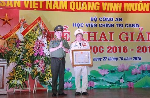 Bộ trưởng Bộ Công an Tô Lâm thừa ủy quyền của Chủ tịch nước trao Huy chương Vì An ninhTổ quốc cho Thiếu tướng Trương Giang Long, Giám đốc Học viện Chính trị CAND