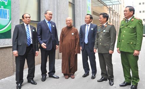 Ủy viên Bộ Chính trị Nguyễn Thiện Nhân, Chủ tịch Ủy ban Trung ương MTTQ Việt Nam trao đổi với các đại biểu dự hội thảo