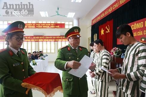 Đại tá Nguyễn Đức Niên, Phó Cục trưởng Cục Hướng dẫn tạm giam, tạm giữ -Tổng cục VIII , Bộ Công an trao quyết định đặc xá của Chủ tịch nước cho đại diện các phạm nhân được đặc xá