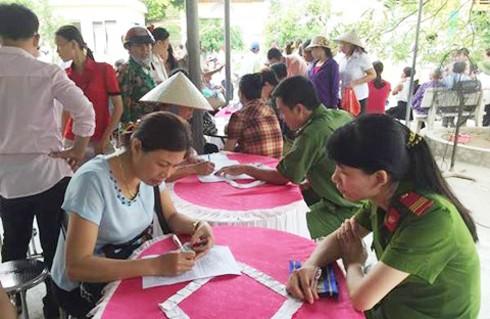 Nữ CBCS hướng dẫn người dân kê khai thủ tục hành chính