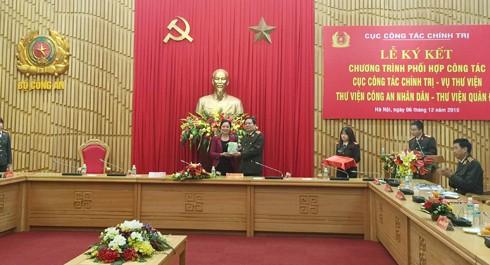 Bà Vũ Dương Thúy Hà, Vụ trưởng Vụ Thư viện tặng sách cho Thiếu tướng Đào Gia Bảo, Cục trưởng Cục Công tác chính trị