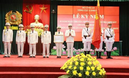 Thừa ủy quyền của Chủ tịch nước, Trung tướng Phan Văn Vĩnh, Tổng cục trưởng Tổng cục Cảnh sát đã gắn Huân chương Bảo vệ Tổ quốc hạng Nhất lên lá cờ truyền thống của Cục Chính trị Cảnh sát