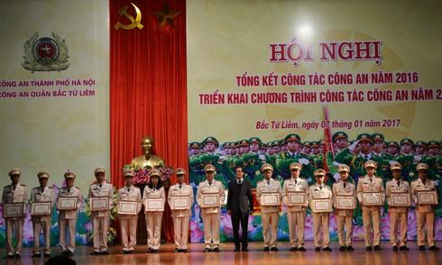 Đồng chí Đỗ Mạnh Tuấn, Chủ tịch UBND quận Bắc Từ Liêm trao quyết định khen thưởng cho các tập thể và cá nhân có thành tích xuất sắc