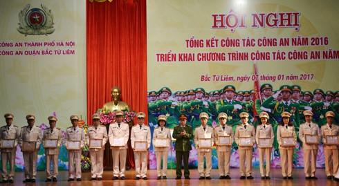 Đại tá Nguyễn Thanh Tùng, Trưởng CAQ Bắc Từ Liêm trao khen thưởng cho các tập thể và cá nhân có thành tích xuất sắc