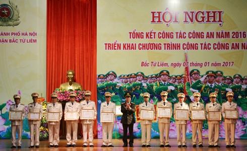 Đại tá Đoàn Ngọc Hùng thay mặt Đảng ủy, Ban Giám đốc CATP Hà Nội trao khen thưởng cho các tập thể, cá nhân có thành tích xuất sắc của CAQ Bắc Từ Liêm