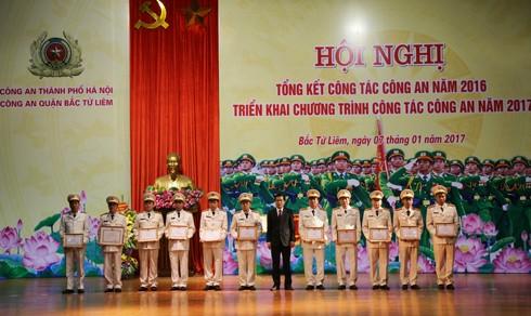 Đồng chí Lê Văn Thư trao khen thưởng cho các tập thể và cá nhân có thành tích xuất sắc