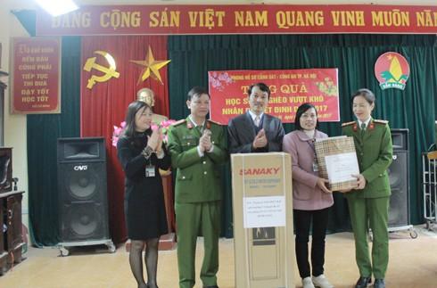 Trung tá Ngô Tiến Bắc, Phó trưởng CAH Ba Vì cùng CBCS Phòng Hồ sơ Cảnh sát trao tặng nhà trường một cây nước nóng lạnh