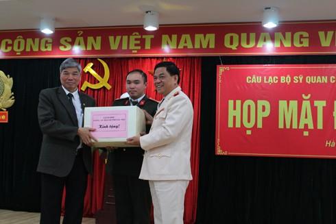 Thiếu tướng Đoàn Duy Khương trao quà tặng cho CLB sỹ quan công an hưu trí Hà Nội