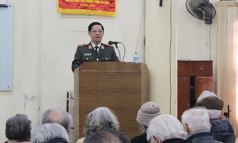 Thiếu tướng Đoàn Duy Khương nói chuyện với đông đảo hội viên CLB Thăng Long