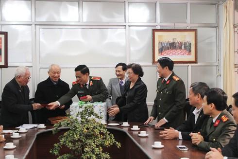 Theo phong tục đầu xuân của người Việt, Thiếu tướng Đoàn Duy Khương trân trọng mừng tuổi các đồng chí trong Ban Chủ nhiệm CLB Thăng Long