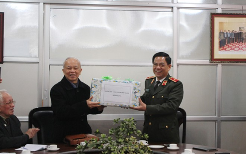 Thiếu tướng Đoàn Duy Khương, Giám đốc CATP Hà Nội thay mặt Đảng ủy, Ban Giám đốc CATP tặng quà CLB Thăng Long